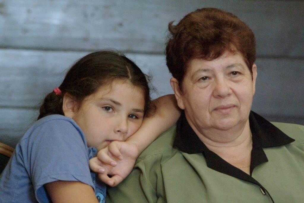 סלע מקימה תוכנית סיוע לסבים עולים שמגדלים את נכדיהם היתומים